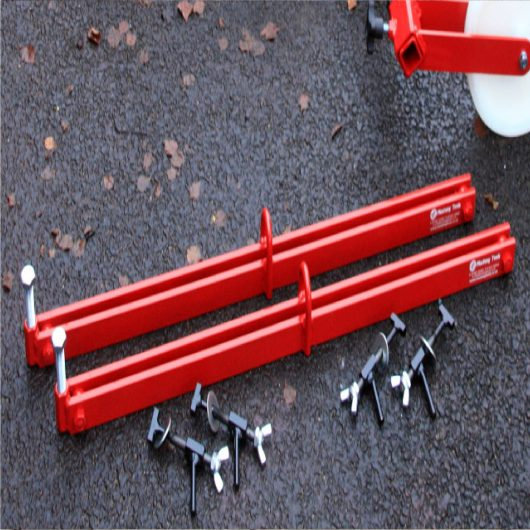 700mm red steel Mustang spreader bars with interchangeable keys on concrete