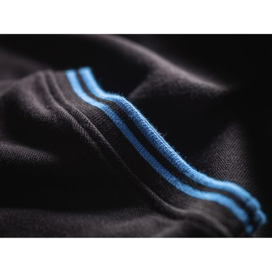 Close up of the blue contrasting tipping on the cuff of the black Scruffs worker polo
